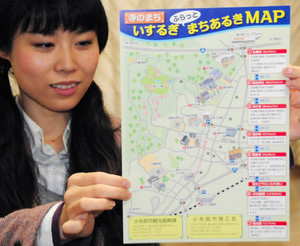 前田利秀ゆかりの寺などの観光ルートを紹介したまちあるきMAP=小矢部市商工会小矢部支所で