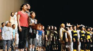 公演を前にリハーサルに励む市民キャスト=可児市文化創造センターで