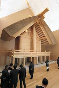 報道陣に公開された式年遷宮記念せんぐう館のメーン展示、外宮正殿の原寸大模型=伊勢市の伊勢神宮外宮で