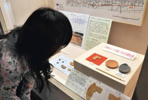 展示延長された「いろは歌」の墨書土器=明和町の斎宮歴史博物館で