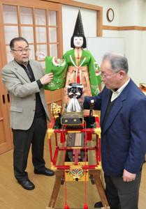 復元新調されたからくりを確認するからくり部長の岡本清一さん(右)ら=高山市で