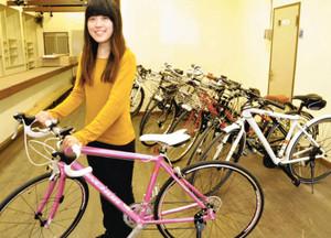 レンタサイクルの利用を呼び掛ける五環生活スタッフ=彦根市中央町の五環生活で