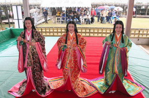 十二単姿を来場者に披露する観光大使の女性たち=磐田市で