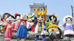 公開撮影会で長浜城を背景に勢ぞろいした長浜市の戦国キャラクター=長浜市の長浜城歴史博物館で