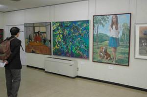 洋画などの力作が並ぶ会場=飯田市の市公民館で