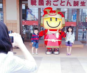 披露されたゆるキャラ「戦国おごとん」=大津市雄琴1のおごと温泉観光公園で