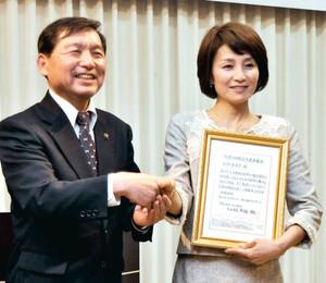信濃大町観光大使に委嘱された仁科亜季子さん(右)=大町市で