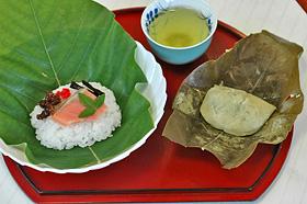緑鮮やかなホオノキの葉でくるんだ「ほう葉寿司」(左)と「ほう葉餅」