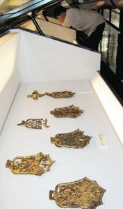 国重要文化財の指定を記念して展示される金銅製の馬具=豊橋市美術博物館で