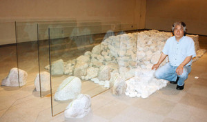 石工職人と協力して水と大地をイメージしてつくった作品=守山市三宅町の市民ホールで
