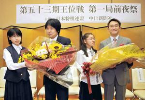 地元の中学生から花束を贈られる羽生善治王位(右端)と藤井猛9段(右から3人目)=松本市の「ホテルおもと」で