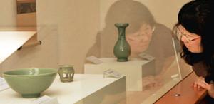 涼しげな色合いの青磁の器が並ぶ会場=福井市の愛宕坂茶道美術館で