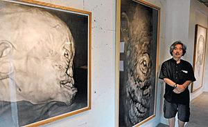 元ハンセン病患者の桜井哲夫さんを描いた作品について語る木下さん=金沢市広坂で