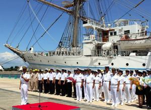 練習帆船「海王丸」の寄港歓迎式典であいさつする渡辺船長(左)=射水市海王町の富山新港海王岸壁で