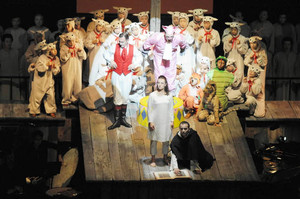 オペラ「火刑台上のジャンヌ・ダルク」を演じる役者や市民合唱団ら=松本市のまつもと市民芸術館で