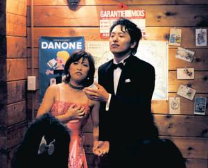 ヴェルディのオペラ「ドン・カルロ」の一幕を歌う城宏憲さん(右)と妻えりかさん=関市山田で