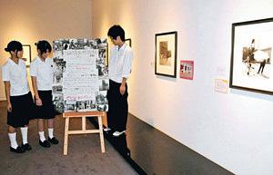 展示構成や宣伝方法などすべて手作りした砺波高放送部員ら=砺波市美術館で