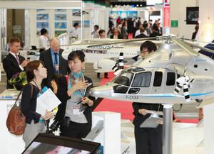 最新の飛行機やロケット、部品などが並ぶ国際航空宇宙展=名古屋市港区のポートメッセなごやで