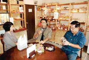 開店した「さぁくるカフェ」でひとときを過ごす客ら=多治見市本町で