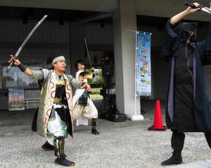 開会イベントで演舞する「長久手歴史トラベラーズ」=瀬戸市の県陶磁資料館で