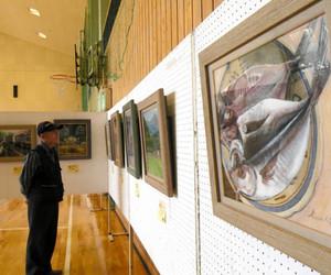 アマチュア画家の力作が並ぶ全国日曜画家中部日本展=木祖村で