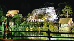 様々な色のライトで照らし出される合掌造り家屋=高山市上岡本町の野外博物館「飛騨の里」で