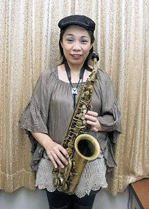 「秋をともに楽しもう」と呼びかけるアルトサックス奏者MIWAKOさん=高岡市内で