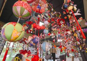 鮮やかなつるし飾りで彩られた旧竹村家住宅=駒ケ根市赤穂で