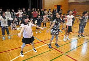 本番に向けて、最後の通し練習に励む親子ら=金沢市東兼六町で