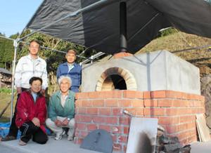 れんがのパン窯を造ったまちづくり協議会員ら=瑞浪市釜戸町で