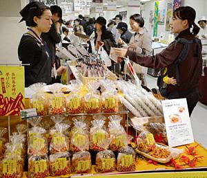 五郎島金時の芋けんぴなど、材料や製法にこだわった品が並ぶ「石川のこだわり商品フェア2012」=金沢市の大和香林坊店で