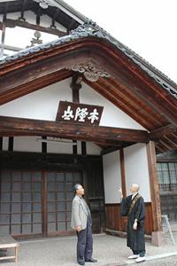 15日から朝市を始める承証寺の境内で打ち合わせをする高橋さん(左)と水野住職=金沢市寺町で
