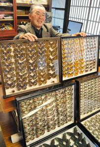 展示したチョウの標本と原辰男さん=下諏訪町東町下の伏見屋邸で