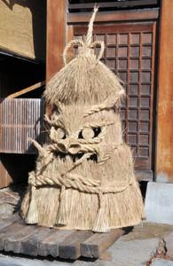 昼神温泉の旅館前に飾られ、にらみを利かす「湯屋守様」=阿智村昼神温泉郷で