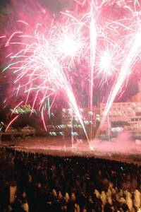 下呂温泉の冬の夜空を彩る花火=下呂市の下呂温泉街で