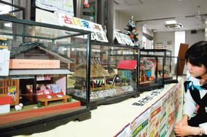 昭和30年代の民家や商店などを精巧に再現したミニチュア模型=長浜市の関西アーバン銀行長浜支店で