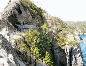 伊豆半島南端の断崖に立つ石室神社