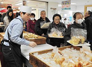 商品を求めて長い列をつくる買い物客=金沢市武蔵町で