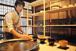 木目を生かした食器や茶器が並ぶ会場=加賀市大聖寺山田町で