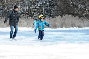 屋外でのスケートを楽しむ家族連れ=軽井沢町で