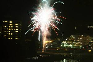 新年の夜空を華やかに彩る花火=下呂市の下呂温泉街で