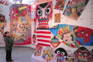 全国の鬼のたこを展示した会場=東近江市の東近江大凧会館で