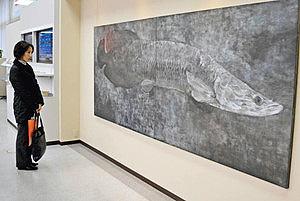 時代を超えて生きる古代魚ピラルクーを表現した浜屋さんの大作=高岡市片原町で