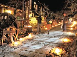 石畳の街道を照らすアイスキャンドル=中津川市馬籠で