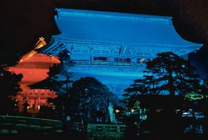 鮮やかにライトアップされる善光寺=長野市で