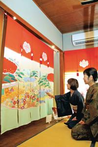 華やかな花嫁のれんが並ぶ会場=名古屋市瑞穂区岳見町で
