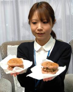 「つばたまいもんウオーク」でお披露目される「つ~バーガー」=津幡町商工会で