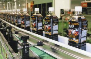 ペットボトルの製造ライン=UCC滋賀工場提供