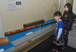 岩橋善兵衛の作った望遠鏡を眺める子どもたち=富山市科学博物館で