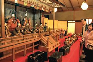 歴史あるひな人形が一堂に並べられた会場=大津市大石竜門で